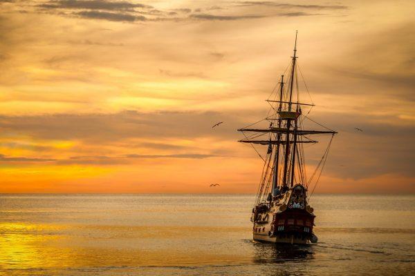statek piracki w zachodzie słońca