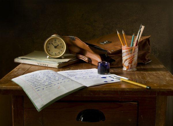 pisanie dziennika piórem przy biurku